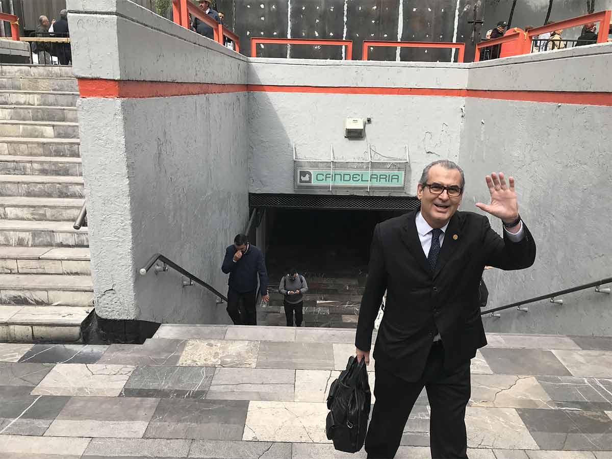Legisladores saludan tras evadir el bloqueo de manifestantes a San Lázaro a través de la estación del Metro Candelaria