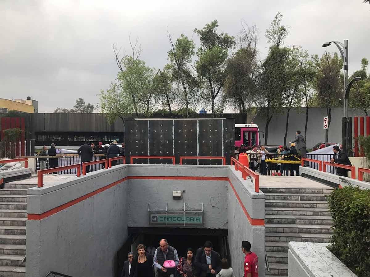 Imagen de la llegada de diputados al recinto de San Lázaro a través de la puerta del Metro Candelaria