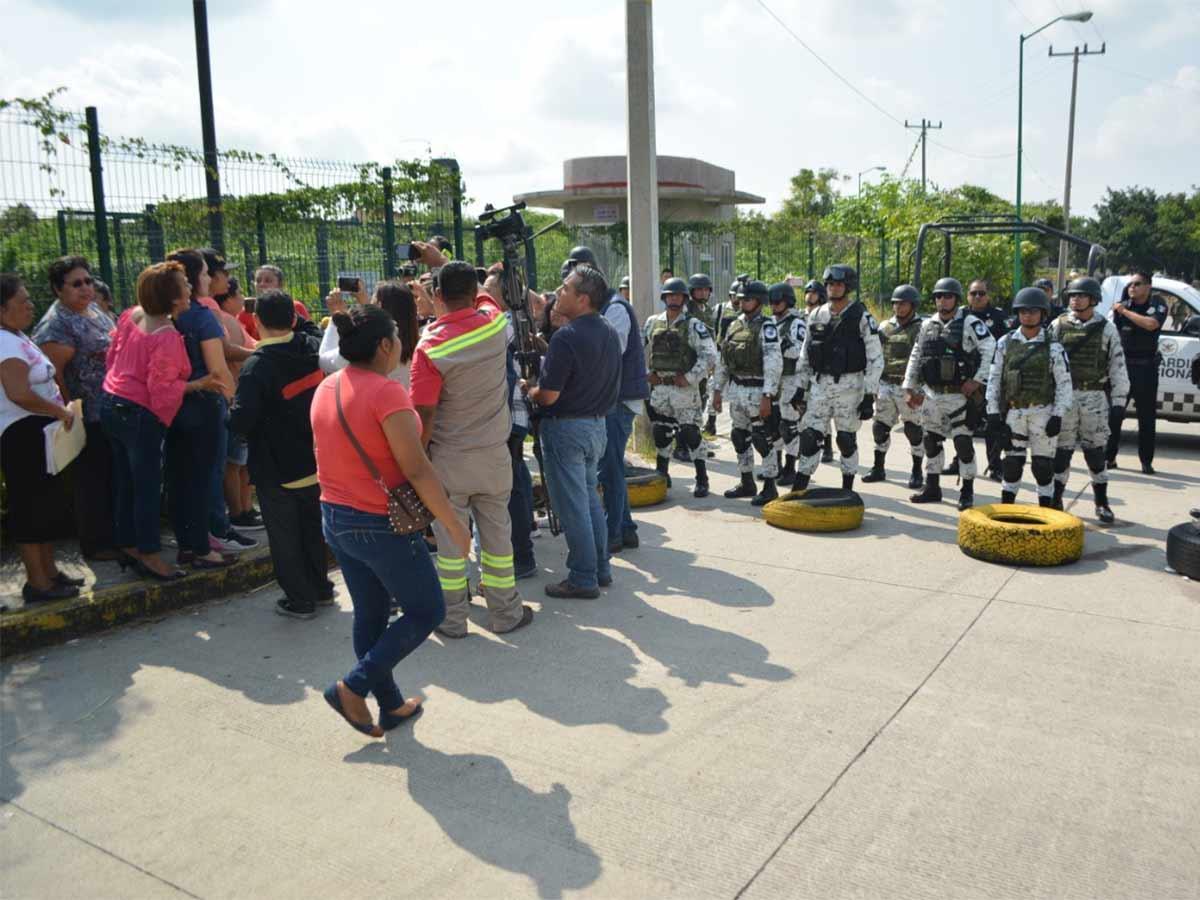 Después de las 10:00 horas, los familiares de los reos comenzaron a congregarse en la entrada al penal