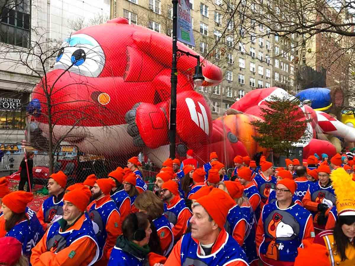 Los globos del desfile organizado por la cadena minorista Macy's flotan entre un máximo de 15 metros
