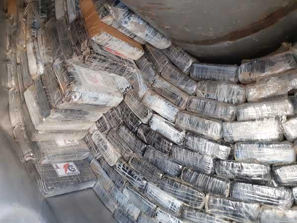 Paquetes de droga hallados por la Sedena en un camión con doble fondo, en Tabasco. Foto: Especial