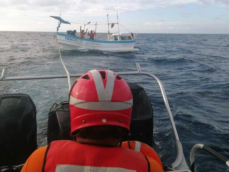 """Momento en que elementos de la Marina rescatan a los tripulantes de la embarcación """"MARCOS II"""". Foto: Especial"""