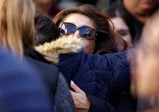 Una mujer llora durante los funerales por el tiroteo de Torreón