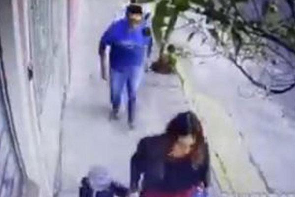El sujeto pervertido le levantó la falda a una mujer en plena calle y le hizo tocamientos en sus partes íntimas
