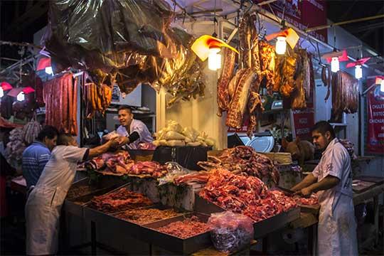 Puesto de embutidos y carnes en un mercado de México