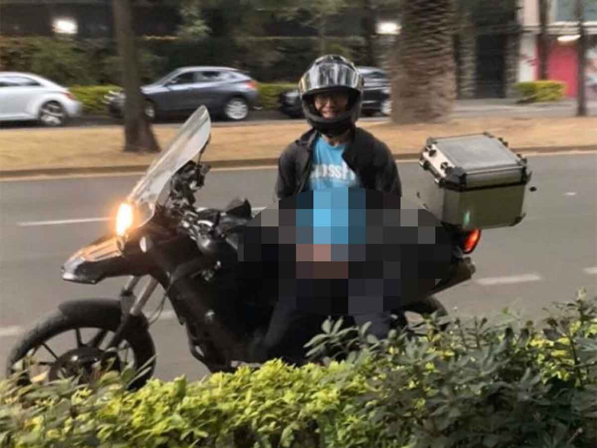 El sujeto se bajó de la motocicleta para acosar a la mujer
