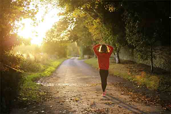 Camina a paso rápido y sin distracciones. Foto: Pixabay