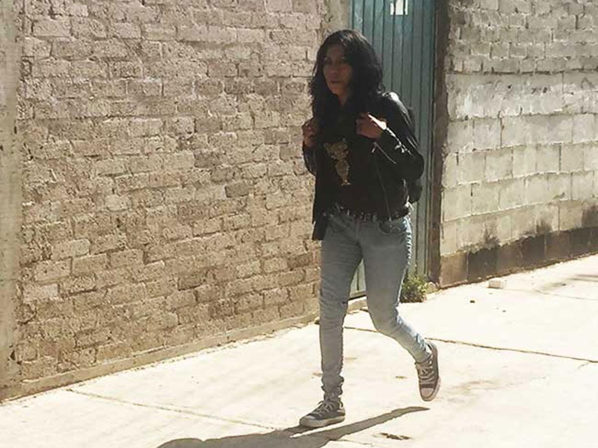 A diario María prepara su mochila con martillos, pinzas, desarmadores, punzones, su ropa de trabajo y botas llenas de mezcla