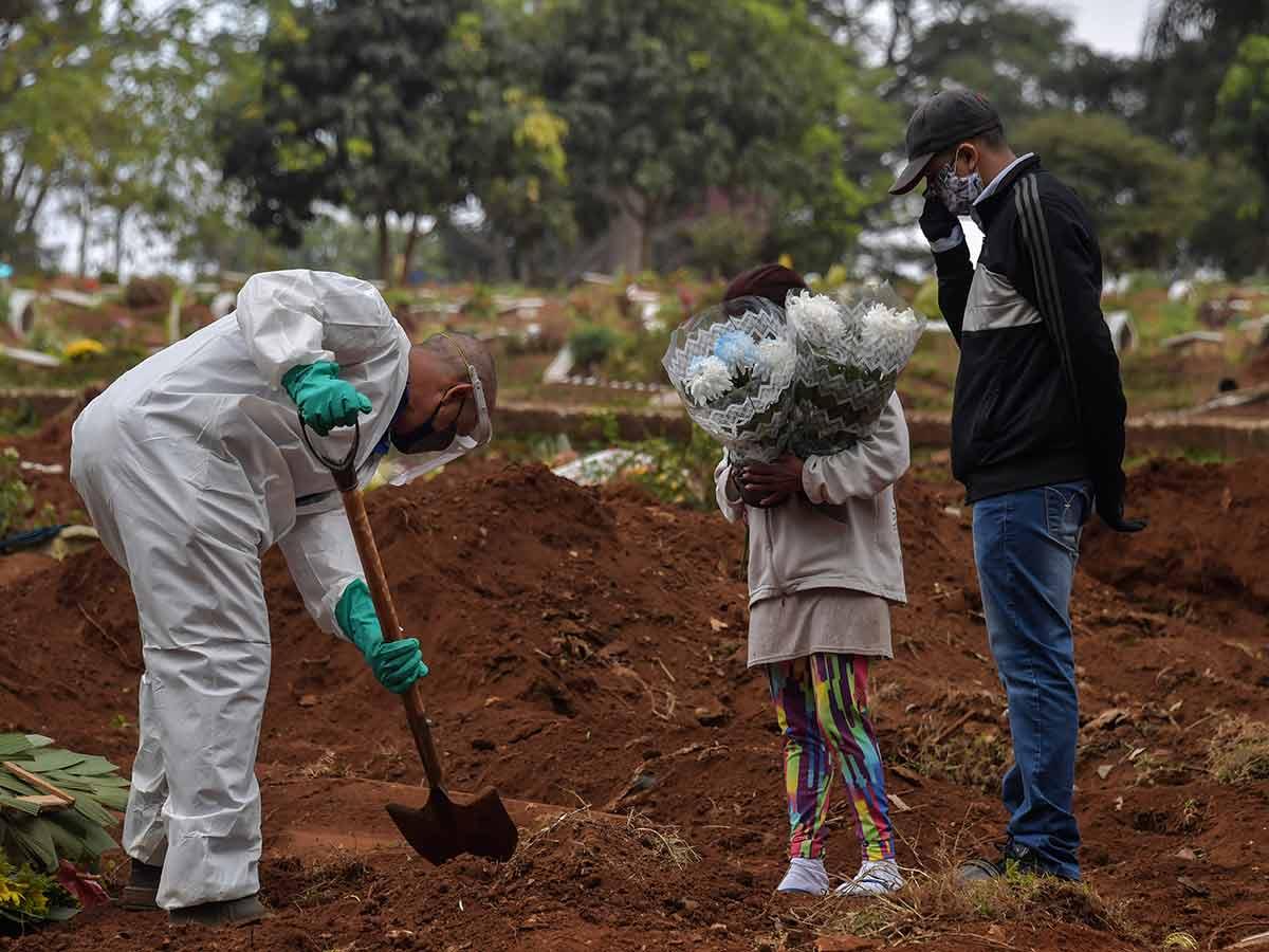 Así se llevan los entierros en Sao Paulo... / Foto: AFP