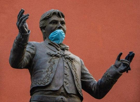 La estatua del Divo de Juárez, Juan Gabriel, ubicada en el corazón de la Plaza Garibaldi.