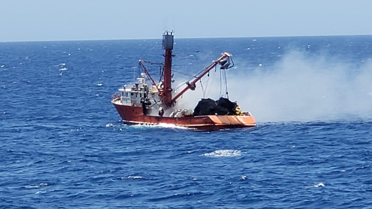 """El buque sardinero """"SELECTA V"""" se incendió a 111 kilómetros al oeste de Guaymas, Sonora. Foto: Especial"""
