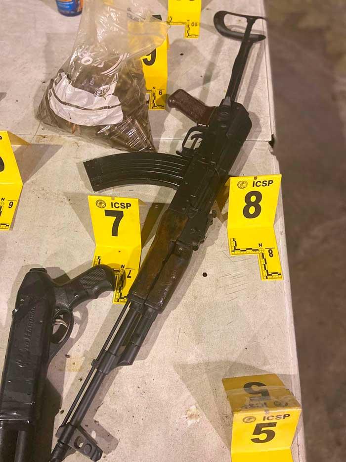 Durante el decomiso, elementos de la AEI también aseguraron en un domicilio en NL armas y cartuchos útiles. Foto: Especial