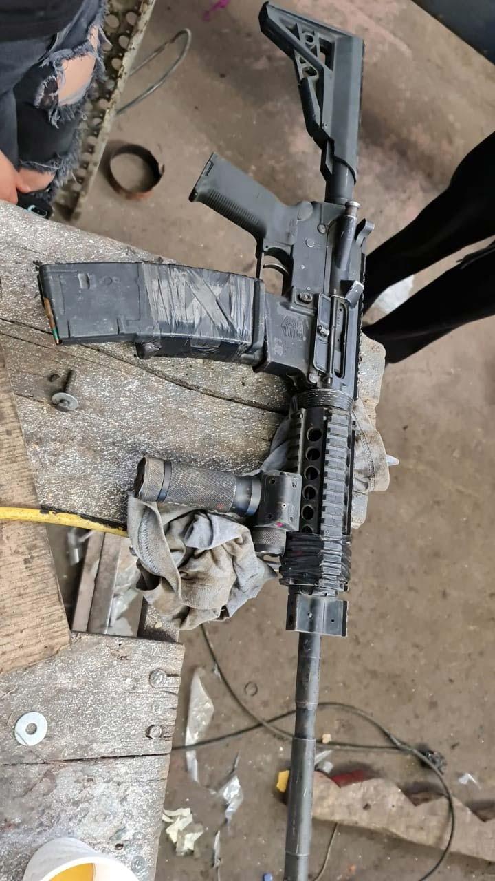 Trabajador impide secuestro en taller; quita rifle de asalto a agresor