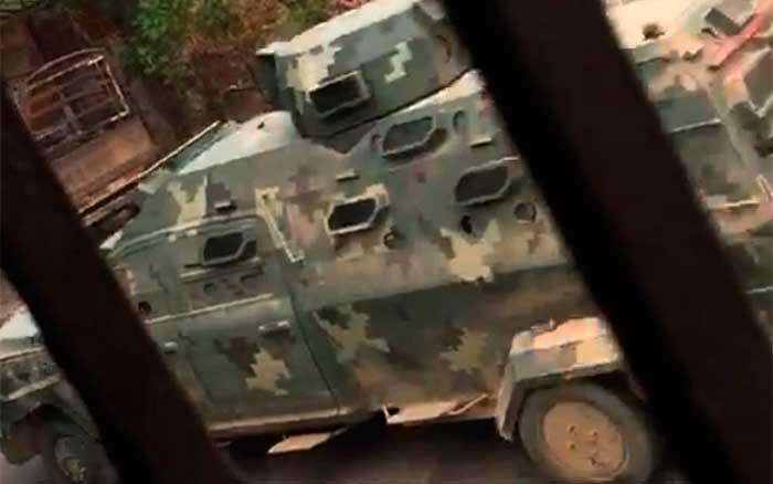 Otra toma de la entreda del convoy del CJNG a Aguililla, Michoacán, este lunes. Imagen: Especial