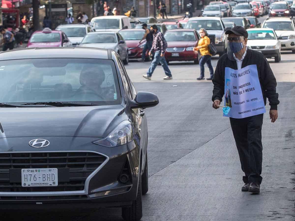 Abuelitos que trabajaban como empacadores tuvieron que salir a las calles a pedir ayuda / Foto: Cuartoscuro