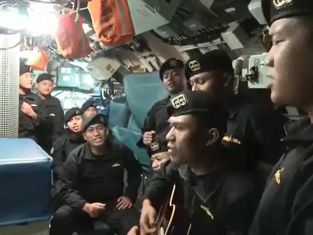 Imagen de la tripulación del submarino KRI Nanggala 402 cantando antes del final / Foto: AFP