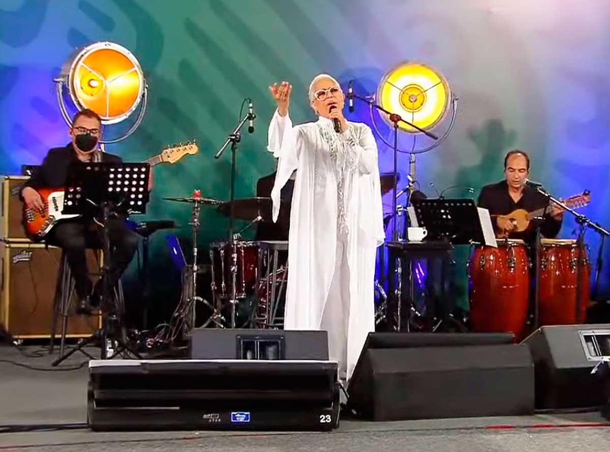 Eugenia León durante su concierto en Palacio Nacional por el Día de las Madres. Imagen: Captura de video