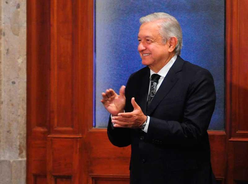 El presidente Andrés Manuel López Obrador aplaudiendo a la cantante Eugenia Léon y a sus músicos por el concierto en Palacio Nacional por el Día de las Madres. Foto: Cuartoscuro