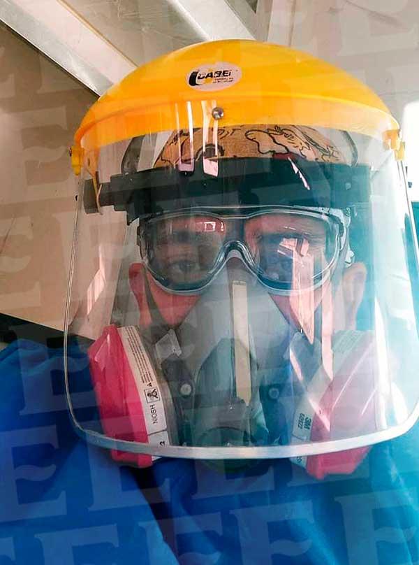 Carlos enfundado con todas las medidas necesarias para atander casos Covid-19 y para protegerse él también. Foto: Especial