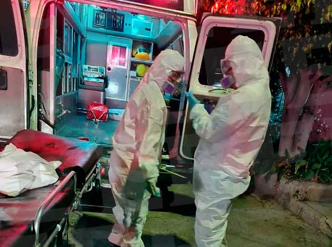 Carlos y Karen, enfermeros del ERUM en la CDMX, al atender una emergencia. Foto: Especial