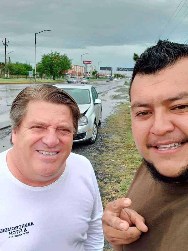 El director técnico de Tigres, Miguel Herrera,  junto con el hombre con el que chocó. Foto: Especial