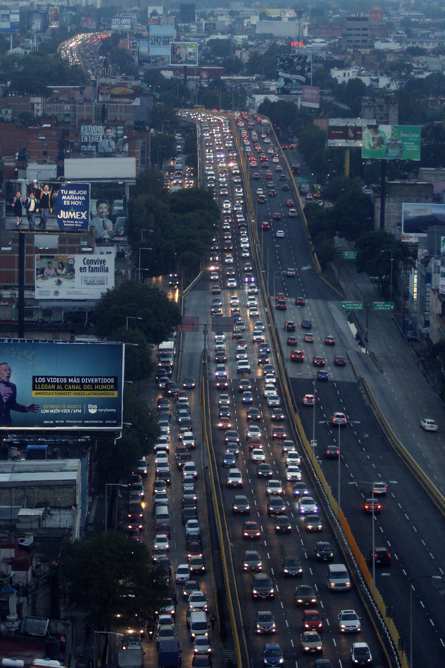 Congestionamiento vial, calles saturadas, padres e infantes con retraso para el arribo a sus escuelas, fueron esta mañana parte de lo que se vició en el Distrito Federal con el regreso a clases para el ciclo 2014-2015.