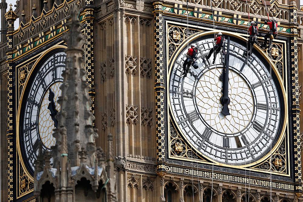 Los trabajadores limpiarán minuciosamente cada una de las cuatro caras del reloj.
