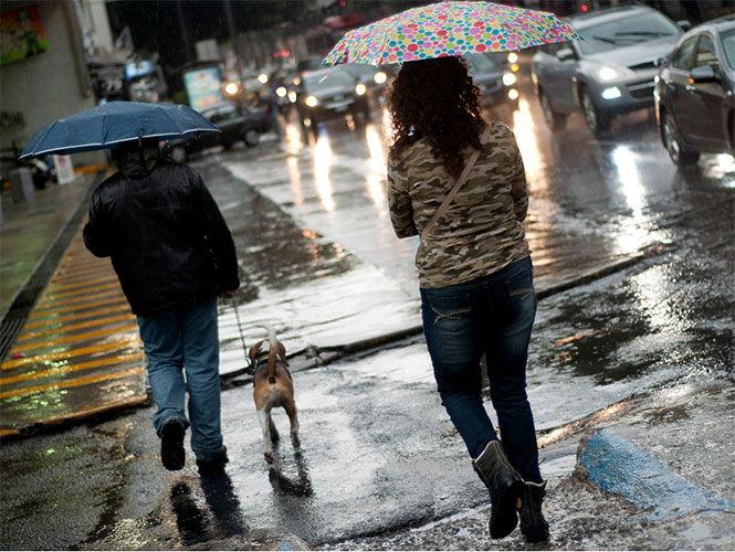 Las fuertes lluvias seguirán durante el día en gran parte del país, se pide a la población estar atentos.