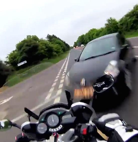 Un motociclista grabó en 2013 su viaje en el que perdió la vida. Grabó su propia muerte mediante una cámara instalada en el casco. En el material  puede verse como la moto de David Holmes colisiona en un cruce de la carretera A47, de Honingham, Norfolk, Inglaterra, contra un Renault Clio.