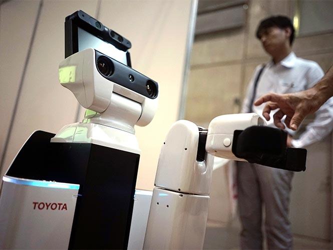 Crea Toyota robot que recoge cosas y ayuda a enfermos