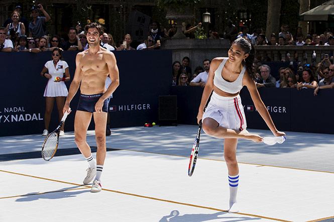 Nadal deja semidesnudos a modelos en 'strip-tenis' en NY