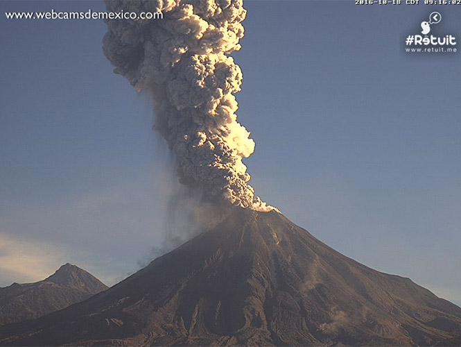 Volcán de Colima arroja ceniza en fumarola de más de 2 kilómetros