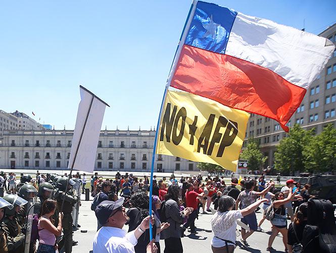 Exigen chilenos poner fin a las Administradoras de Fondos de Pensión 1553821