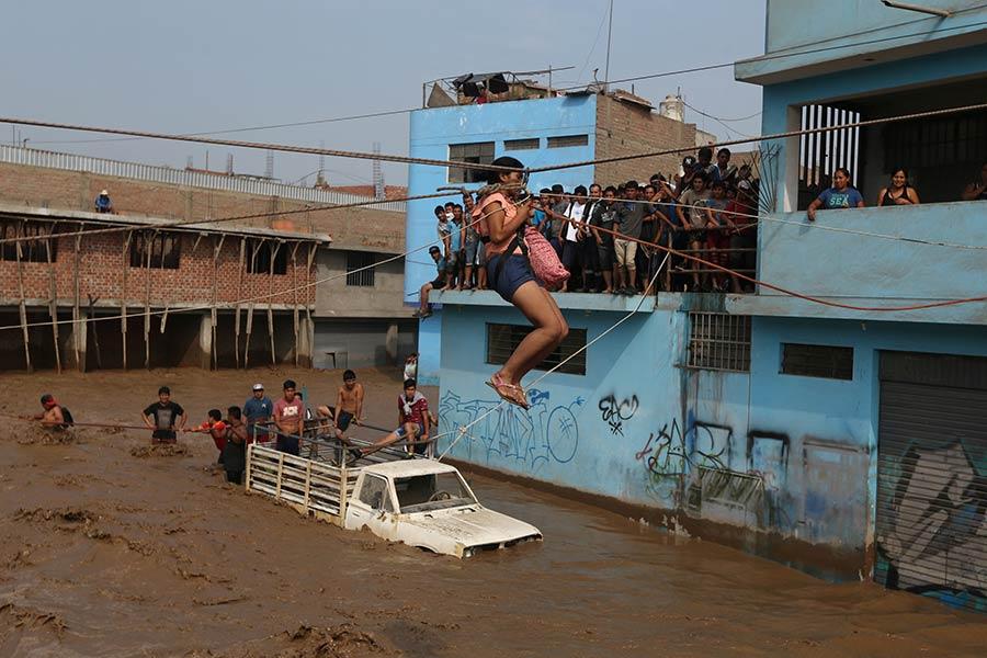 Barcos transportan ayuda a zonas de Perú más afectadas por las inundaciones