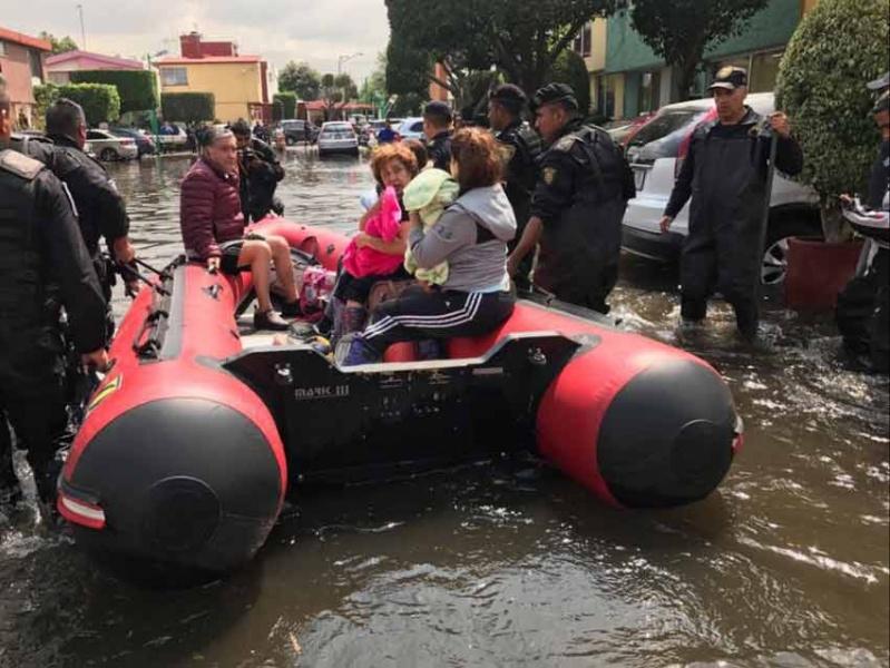 Desalojan a vecinos de Coapa con lanchas tras inundación