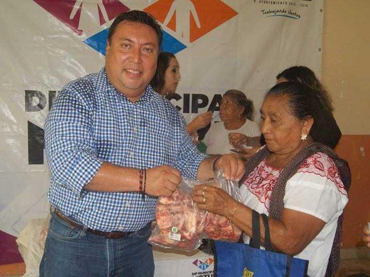 Reprueban a alcalde de Yucatán por regalar huesos con carne