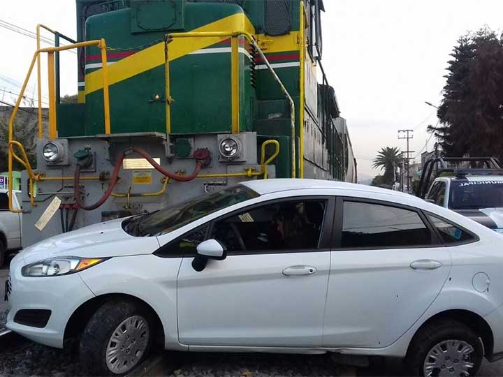 Tren embiste a vehículo en Tlalnepantla