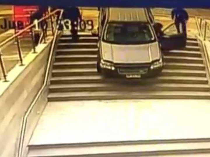 Confunde entrada a un edificio con un estacionamiento