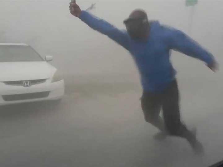Meteorólogo sorprende con arriesgada maniobra para estudiar al huracán Irma [VIDEOS — Twitter