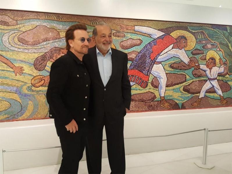 Bono, de U2, recorre el Museo Soumaya acompañado de Carlos Slim