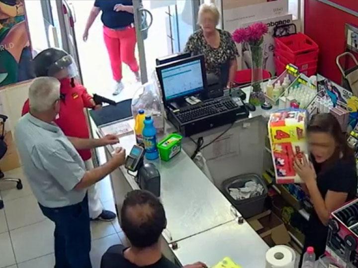 ESPAÑA: Una mujer frustra atraco a 'bolsazos' y jaloneos en Sevilla