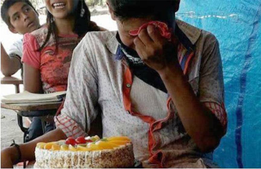 Niño mexicano llora al recibir su primer pastel de cumpleaños — Fotos