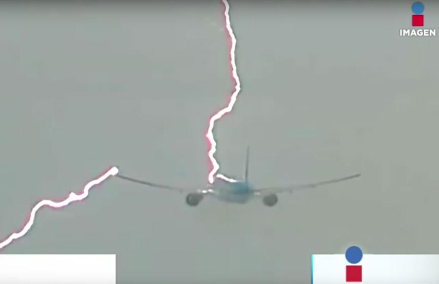 Captan en video el momento en que un rayo impacta a un avión