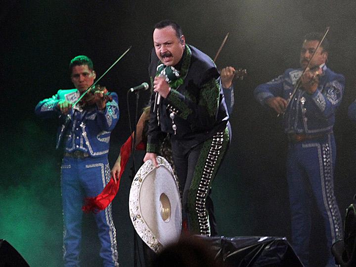 Pepe Aguilar revive conciertos con jaripeo en gira por EU df1b5c6c3f8