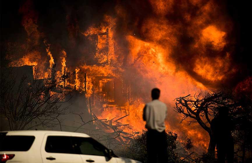 Un muerto y miles de evacuados por incendio incontrolable en Ventura, California