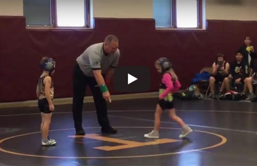 Bebé defiende a su hermana en medio de torneo