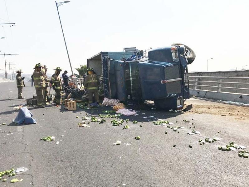 Vuelca camión de frutas y verduras en Taxqueña; supuestamente era robado