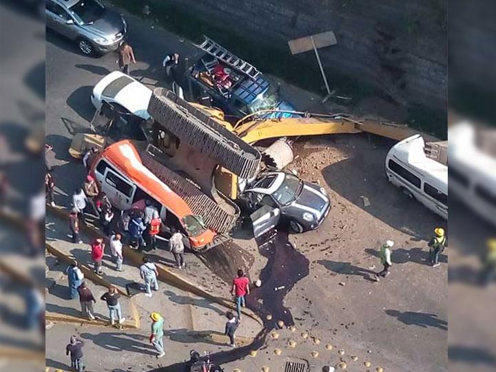 Cae trascabo aplasta autos y mueren 3 personas en EdoMex