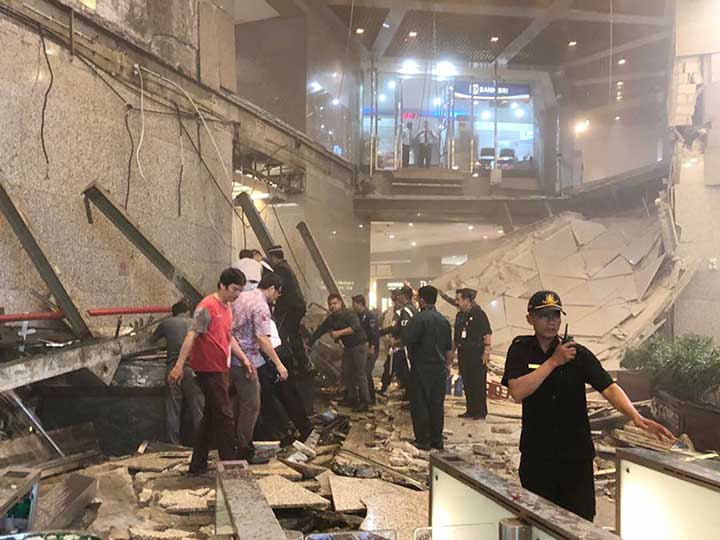 Un derrumbe deja más de 70 heridos en Indonesia — Impactantes imágenes