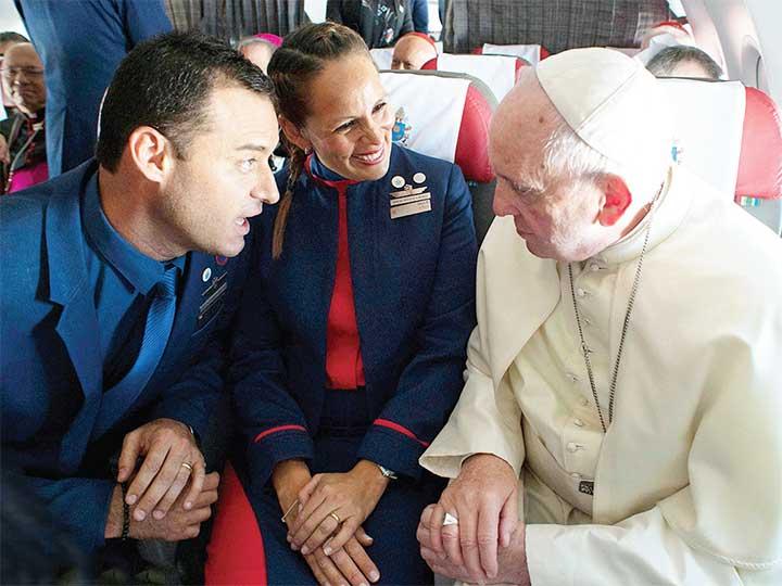 Papa Francisco oficializa boda en pleno vuelo
